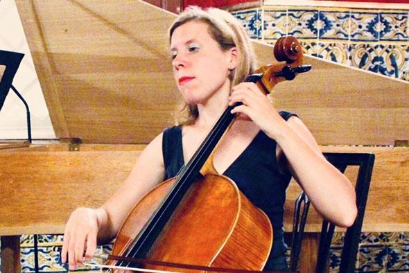Flora Camuzet jouant sur un violoncelle d'Antoine Cauche