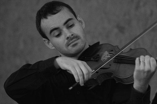 Gaétan Biron jouant sur un violon conçu par Antoine Cauche